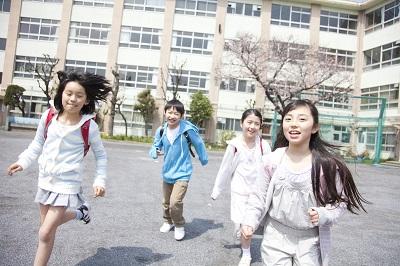 下校する小学生4人